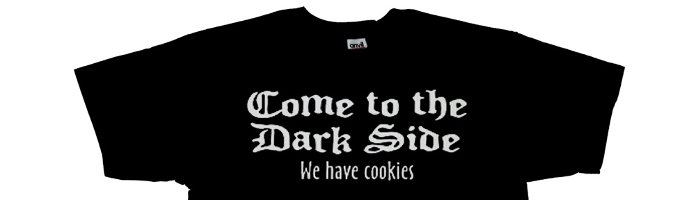 "Una camiseta con le leyenda: ""Come to the dark side. We have cookies""."